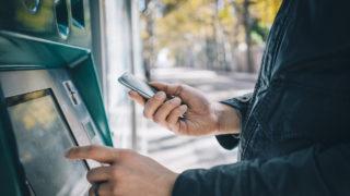 atm bank hand 320x180 - フリーランスの銀行口座の開設・ポイント「おすすめの銀行口座・オンラインバンク」